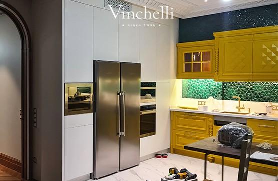 Современная белая кухня с ярким акцентом: проект Vinchelli
