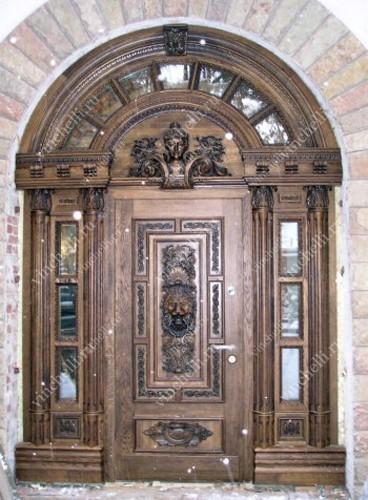 дверь входная с резным декором в церковь
