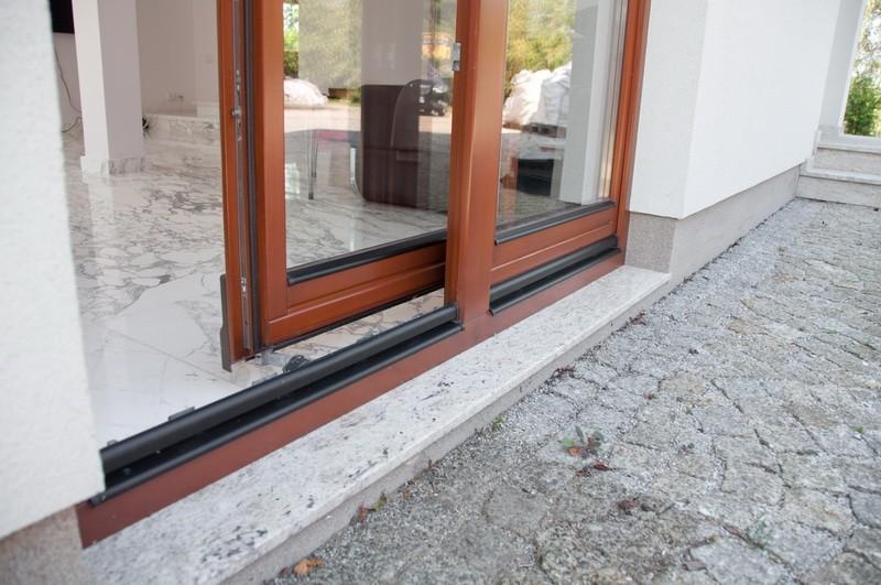 Раздвижные двери на балкон patio.